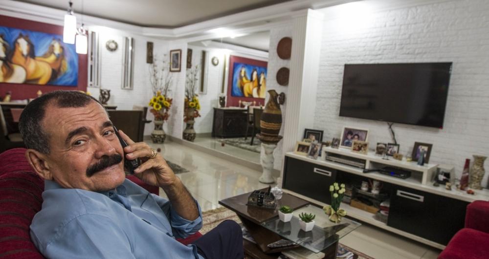 O aposentado Adelson Pereira gosta de ligar para amigos ex-colegas de trabalho para manter contato