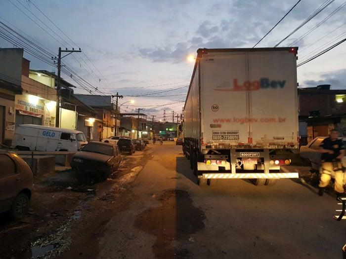 PRF recuperou caminhão de cerveja na Dutra