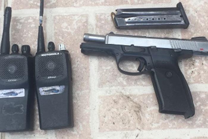 Policiais apreenderam pistola e radiotransmissores durante opera��o