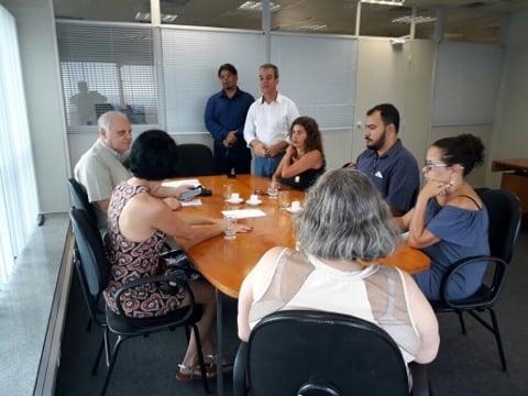 Integrantes do movimento de servidores tentaram agendar, ontem, uma data de reuni�o com o prefeito