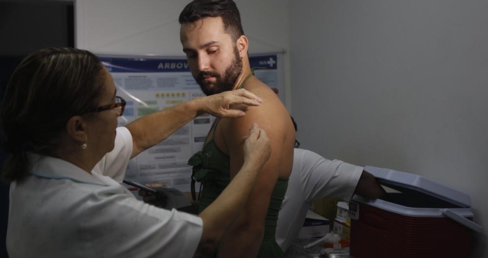 Felipe Martins foi fantasiado tomar vacina no posto da Gávea