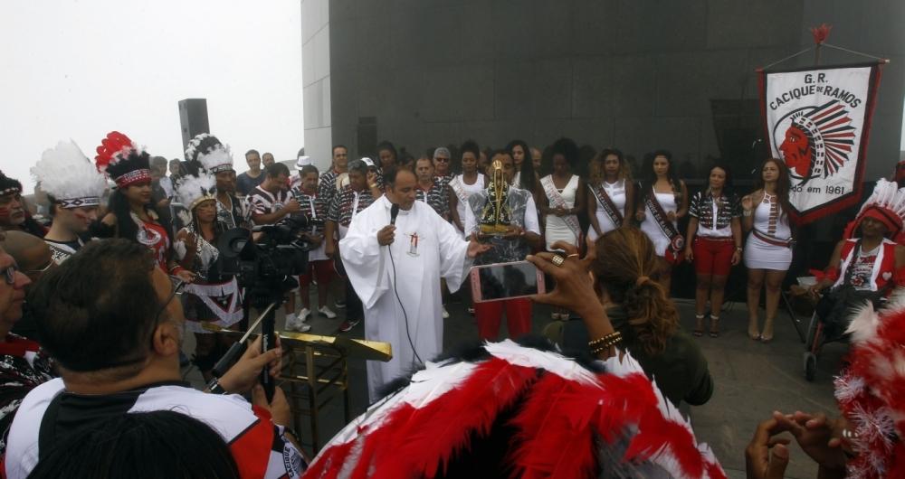 O Bloco Carnavalesco Cacique de Ramos foi ao Cristo  Redentor para o Padre Omar abençoar os folioes Severino Silva Agencia O Dia