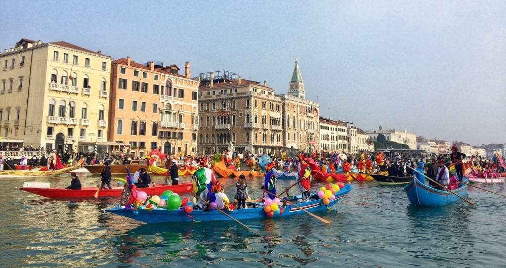 Desfile de Gondolas decoradas e coloriram ontem o tradicional Carnaval em Veneza, bem mais comportado que a folia brasileira