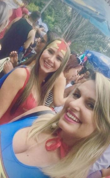 Monique, na frente, e Jade: carro onde as duas estavam serviu de escudo em tiroteio entre PMs e bandidos na Tijuca