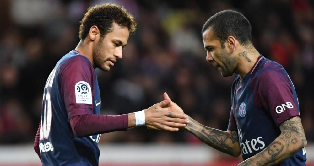 Neymar e Daniel Alves tem uma rela��o muito pr�xima