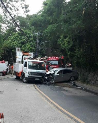 Caminhão e carro bateram na Estrada das Furnas