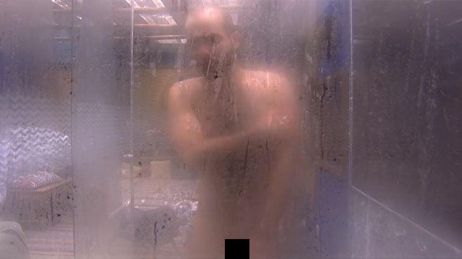 Mahmoud toma banho pelado e diz que pensou estar em casa