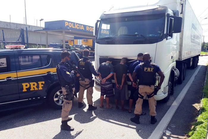 Ações da PRF prenderam 10 pessoas e impediu três roubos de carga na Dutra