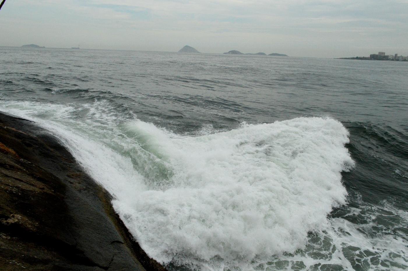 Banhista desapareceu no mar na Praia do Leme