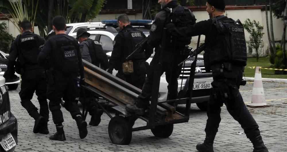 Operação Policial na Favela do Jacarezinho Zona Norte do Rio , Três homens morreram na troca de tiros com policiais, os mortos segundo a policia eram traficantes.Três pistolas apreendidas e trilhos usados por traficantes como barricadas foram retirados e levados para a Cidade da Policia. Foto -  Severino Silva / Agência O Dia