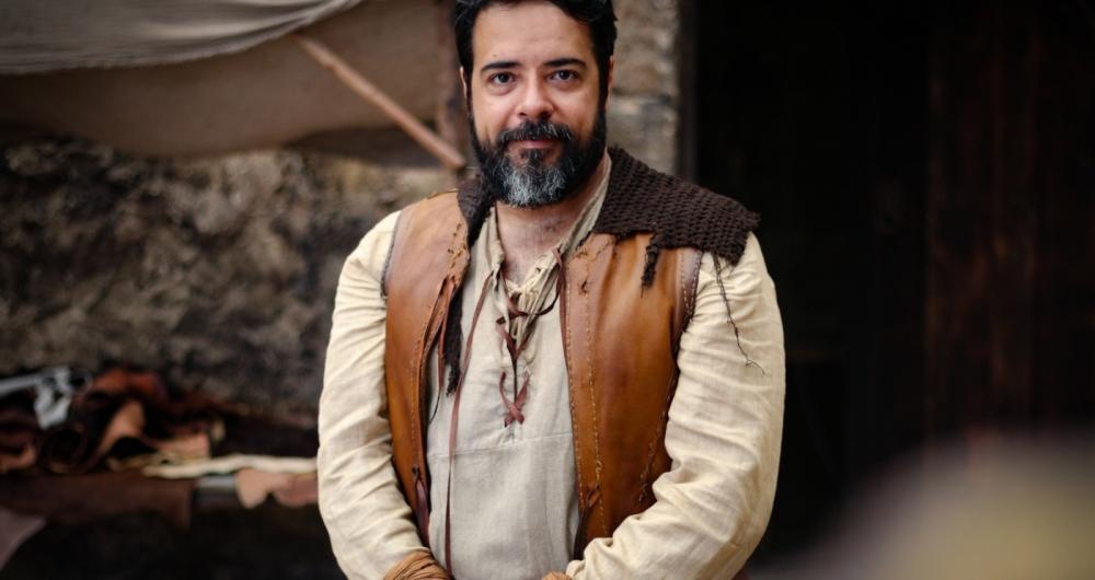Claudio Garcia como Helvio em 'Deus Salve o Rei'