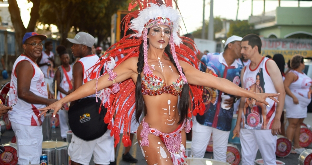 Rainha de bateria esbanjou beleza em ensaio de rua em Padre Miguel