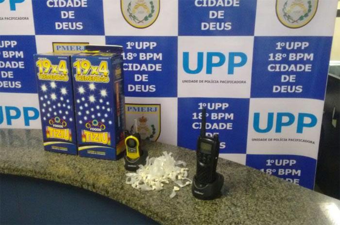 Pol�cia apreendeu fogos de artif�cio, drogas e radiotransmissores na Cidade de Deus