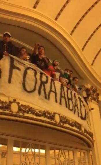 Torcida do Fluminense invadiu reunião do Conselho Deliberativo pedindo a saída de Abad e pichou os muros das Laranjeiras