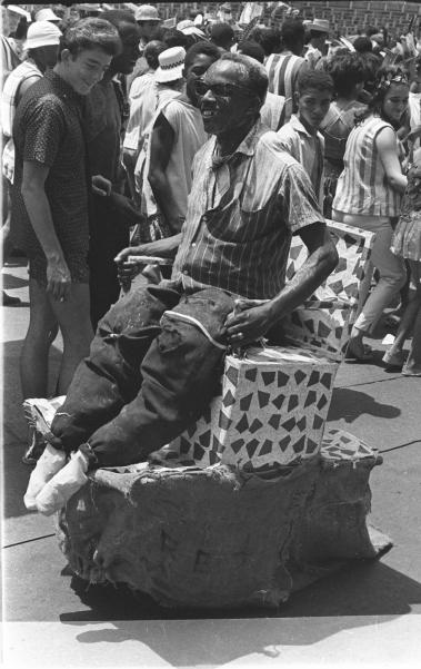 O resultado da fantasia, que se enquadraria na categoria originalidade, n�o ficou uma perfei��o. E o que isso significava? Absolutamente nada para o foli�o que se divertia na Presidente Vargas, no Carnaval de 1962, e atra�a os olhares de quem passava por ele. Cen�rio de desfiles de escolas de samba, a grande avenida tamb�m era palco das manifesta��es mais genu�nas da Folia de Momo, naquela d�cada.