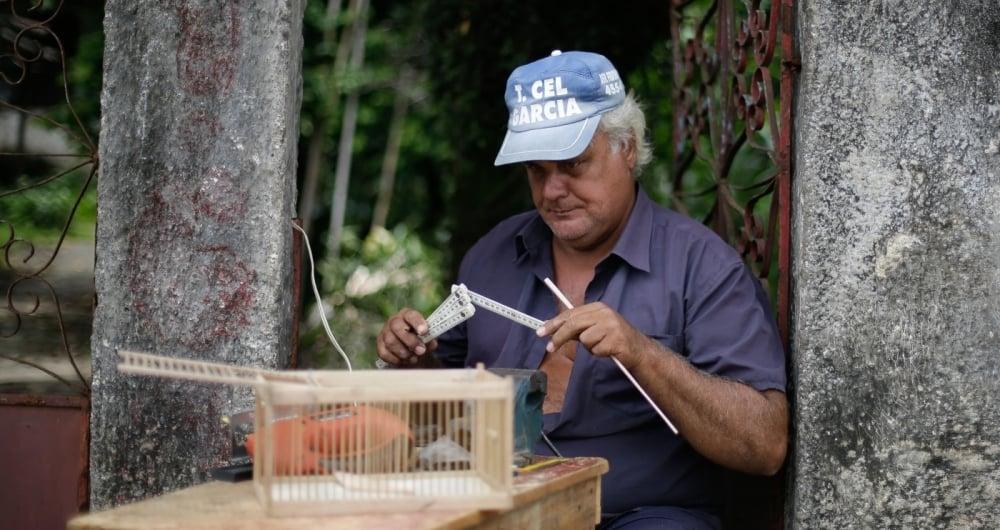 O carpinteiro Jorge Alberto faz gaiolas agora
