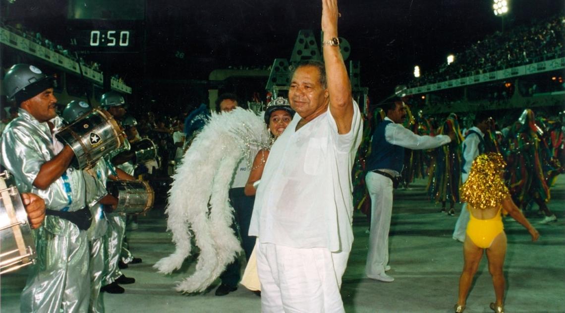 Com a insepar�vel toalha na m�o, Candonga, nascido Jos� Geraldo de Jesus, em mais um Carnaval orientava a bateria da a escola de samba Unidos da Ponte na delicada manobra de entrada no recuo da Marqu�s de Sapuca�. Portelense, ele era o condutor de todas as escolas naquele espa�o .O dia era 8 de fevereiro de 1997; no m�s seguinte, no dia 27, Candonga morreria. Foi velado no Samb�dromo.