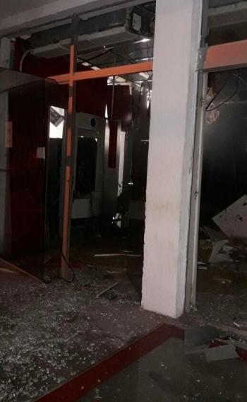 Agência ficou destruída. Os vidros foram estilhaçados e a estrutura do teto danificada