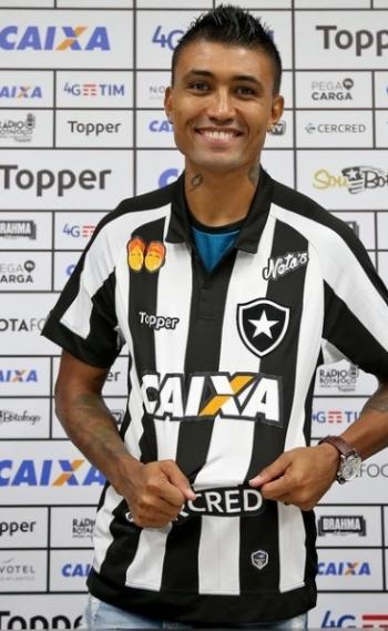 Kieza foi apresentado pelo Botafogo
