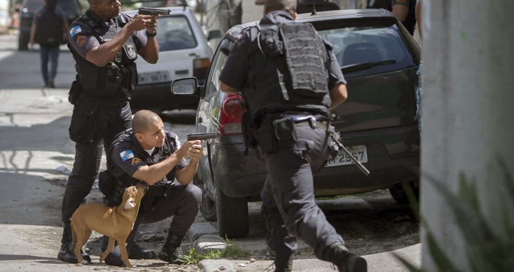 Military policemen take part in an operation at Cidade de Deus favela in Rio de Janeiro, Brazil, on February 01, 2018.  / AFP PHOTO / MAURO PIMENTEL