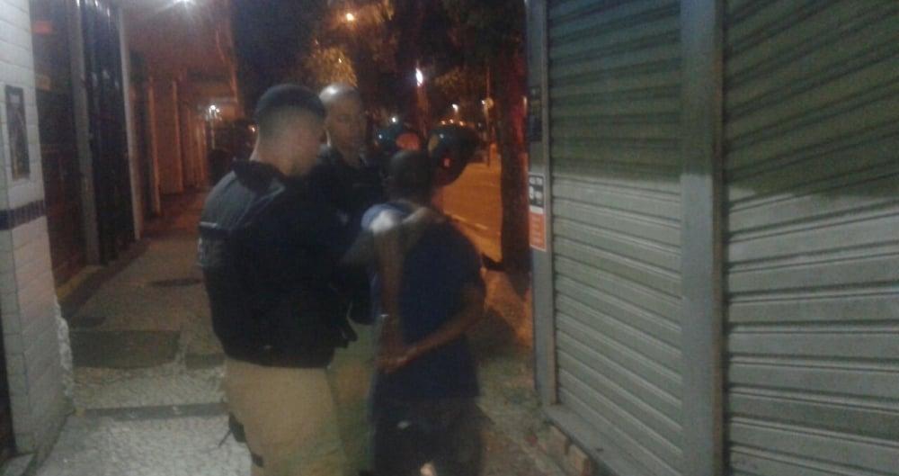 Homem � preso ap�s furtar banca de jornal em Copacabana