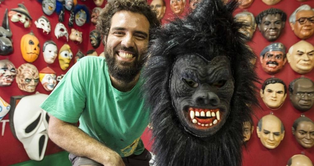 Gabriel Barros, diretor art�stico da Condal, e o King Kong, em frente ao mostru�rio da f�brica