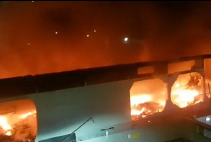 Inc�ndio destruiu centro de abastecimento dos Correios no Pechincha, em Jacarepagu�