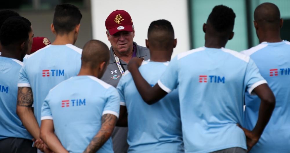 Abel conversa com o grupo antes do treino no CT da Barra: Fluminense n�o depende das pr�prias for�as