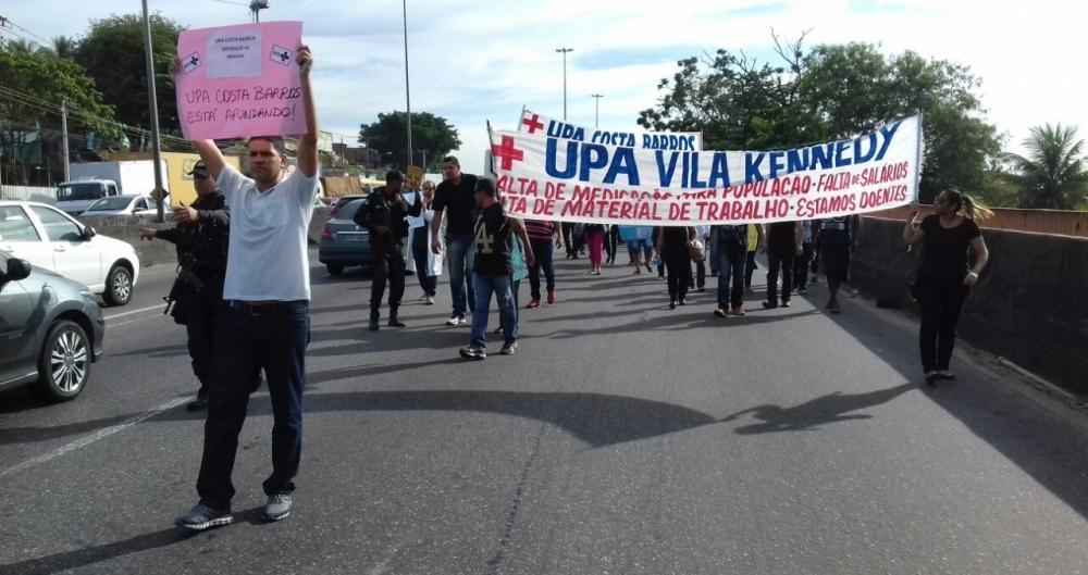 Manifestantes protestam contra situa��o das UPAs