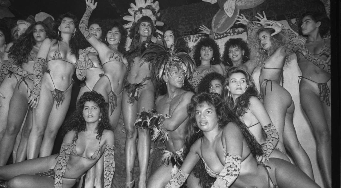 Monique Evans, no centro da foto, com Z� Reynaldo, coordenador do evento, foi a convidada de honra do baile de Carnaval do Roxy Roller, na Lagoa, que elegeu a Pantera 90  ou as panteras. A festa aconteceu em 22 de fevereiro do mesmo ano e as eleitas (houve empate) foram S�nia Campos e Andr�a Guerra, que � �poca era secret�ria particular de Monique.
