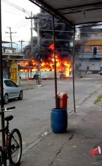 �nibus incendiado nas imedia��es do Complexo do Chapad�o