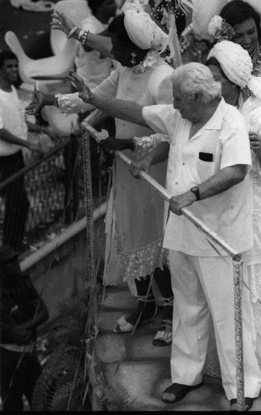Jorge Amado, acompanhado de Z�lia (bem atr�s dele e vestida de baiana) e dos personagens de sua obra, desfilou na Marqu�s de Sapuca� em fevereiro de 1989. O escritor baiano foi o homenageado do Imp�rio Serrano. Jorge Amado, Ax� Brasil era o enredo. O mestre veio no �ltimo carro, chamado Templo de Oxal�, onde todos estavam de vestidos de branco.