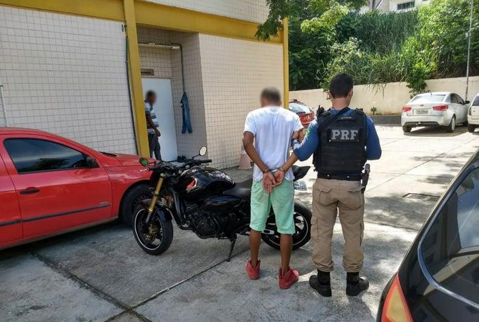PRF prende jovem com moto roubada que teria sido comprada em redes sociais