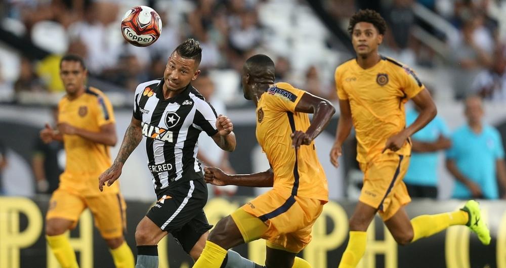 Leo Valencia tenta o jogo a�reo: o Botafogo n�o balan�ou a rede do time de pior campanha na Ta�a GB