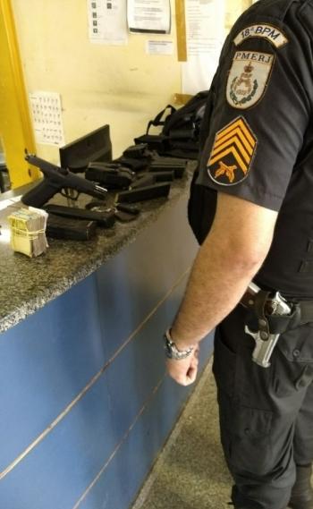 Armas, muni��es e dinheiro apreendidos com chefe da mil�cia na Pra�a Seca