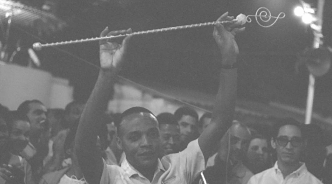 A foto revela a volta triunfal de Mestre Andr� para a sua Mocidade Independente de Padre Miguel, em junho de 1967. O inesquec�vel maestro da bateria
