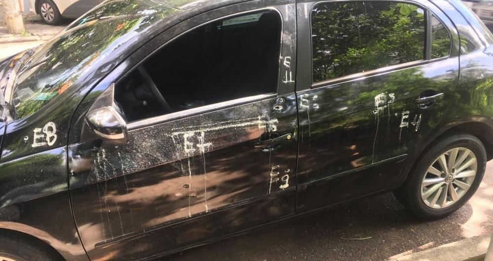 Carro em que estava Emily, Uesley e Maria Auxiliadora foi atingido por 12 tiros de fuzil e pistola na Rua Cardoso de Castro, em Anchieta