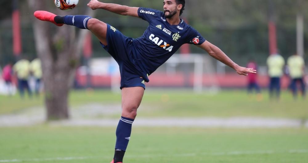 Em forma: Henrique Dourado emenda um belo sem-pulo, durante o treino do Flamengo, no  Ninho do Urubu