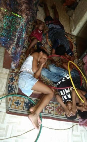 Crianças se protegem dos tiros no Complexo da Maré