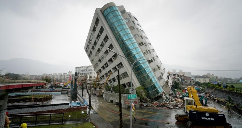 Sete pessoas morreram e mais de 250 ficaram feridas na cidade taiwanesa de Hualien, ap�s um terremoto de magnitude 6,4, que provocou o desabamento de um hotel e danos em outros edif�cios, ter�a-feira. Ontem, equipes de resgate procuravam pessoas presas nos escombros