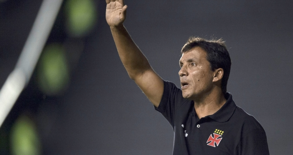 Zé Ricardo orienta os jogadores do Vasco