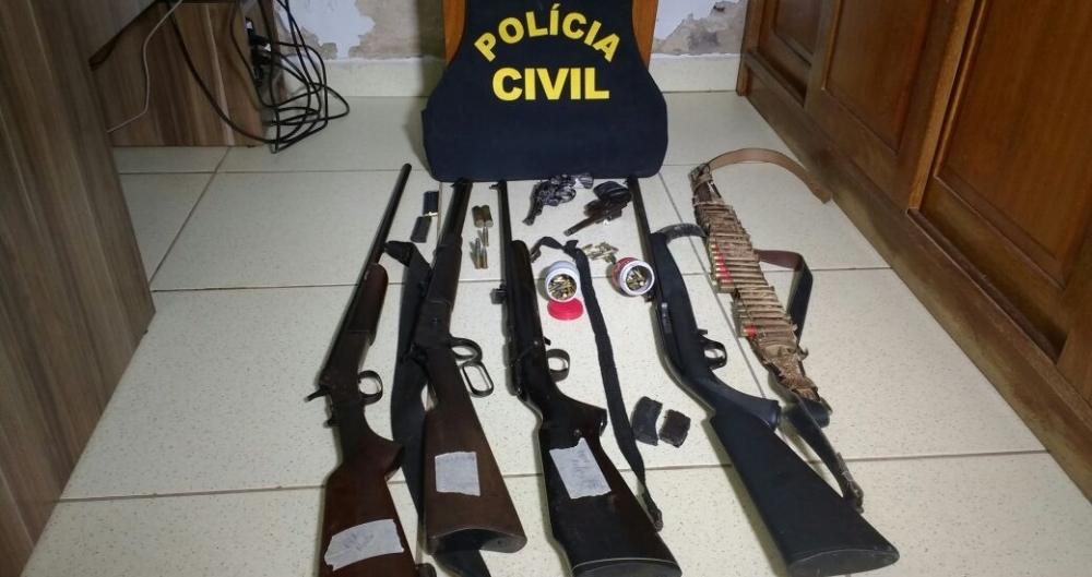 Armas foram apreendidas com fam�lia e vizinho da mulher