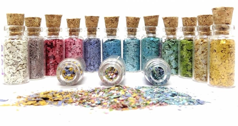 Para ter cores diferentes, a Pura BioGlitter mistura corante aliment�cio ao p� de mica