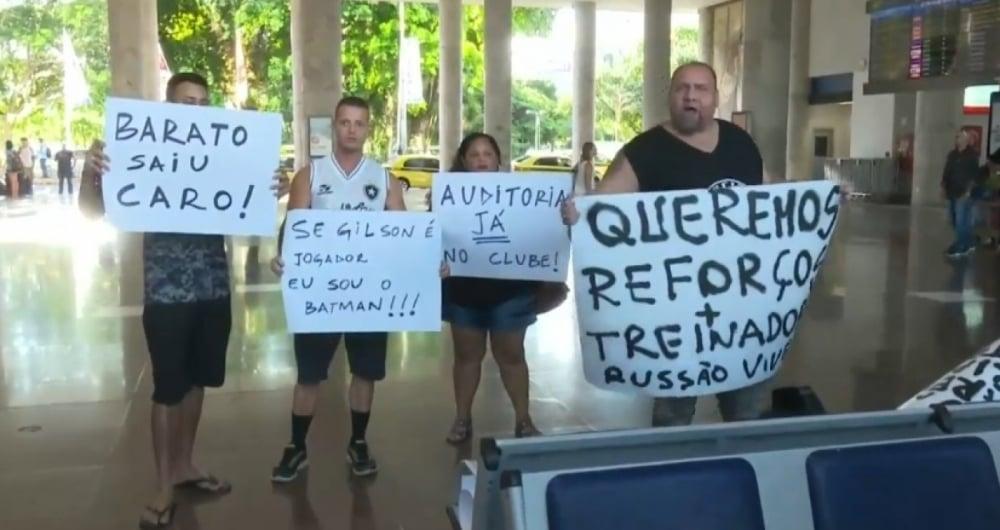 Torcedores do Botafogo realizaram protesto