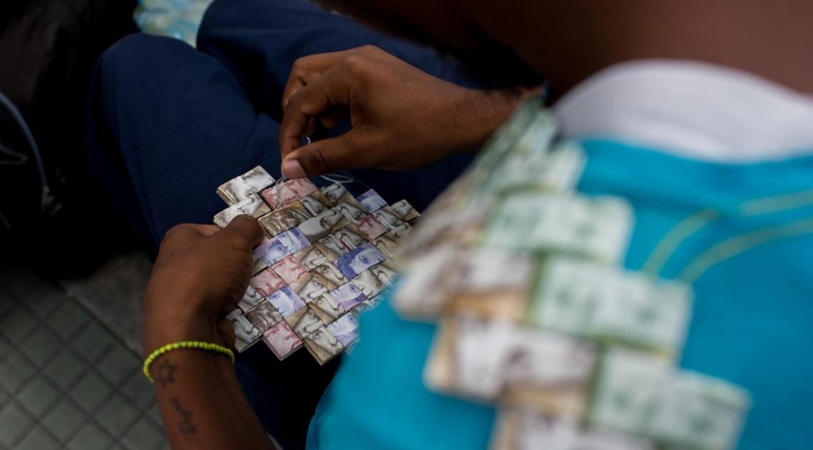 A crise econ�mica e a desvaloriza��o da moeda na Venezuela levaram um artista de rua a tentar ganhar a vida usando c�dulas como mat�ria prima para artesanato. Wilmer Rojas, 25 anos, come�ou com barquinhos e hoje produz carteiras e outros objetos. Nas pe�as ele usa at� 800 c�dulas que, juntas, comprariam um quilo de arroz.
