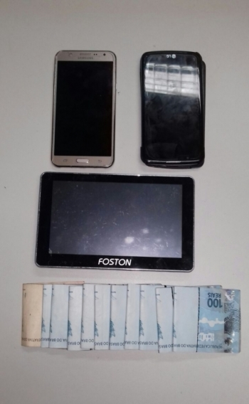 Inspetor penitenciário é flagrado com dinheiro e celulares dentro de cadeia