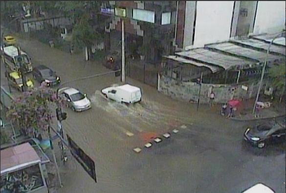 Rua Marquês de Olinda, altura da Rua Muniz Barreto, alagada após chuva