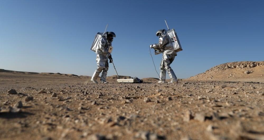 Volunt�rios usando trajes espaciais se estabeleceram esta semana no deserto de Om� para realizar pesquisas e simula��es das condi��es de vida no Planeta Marte.