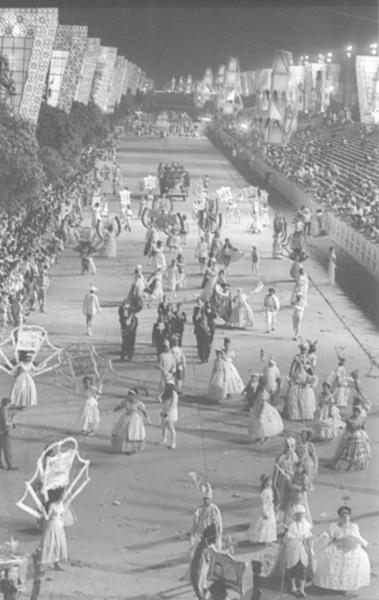 Era um cortejo de intensa beleza visual, mas sem o frisson do samba: o bloco, regido pela marcha-rancho com instrumentos de sopro e corda, seguia pela Presidente Vargas em mar�o de 1965. O desfile dos Ranchos, manifesta��o tipicamente carioca, naquele ano tinha tema comum: a cidade do Rio de Janeiro, que completava 400 anos.