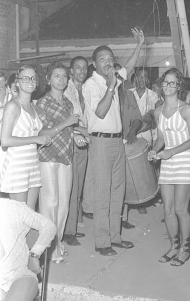 A foto � de 1971. J� havia cinco anos que Martinho passara a se dedicar totalmente � Vila Isabel. A escola tornou se parte de seu nome, e hoje um n�o se dissocia do outro. S�o de sua autoria sambas antol�gicos da agremia��o. Um dos grandes da nossa MPB, sambista, m�sico, cantor, compositor e escritor, Martinho hoje chega aos 80 anos.